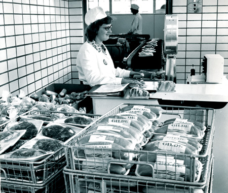 Kjøttvarer klargjøres for distribusjon. Utformingen av Gilde-logoen viser at bildet er tatt før 1972.